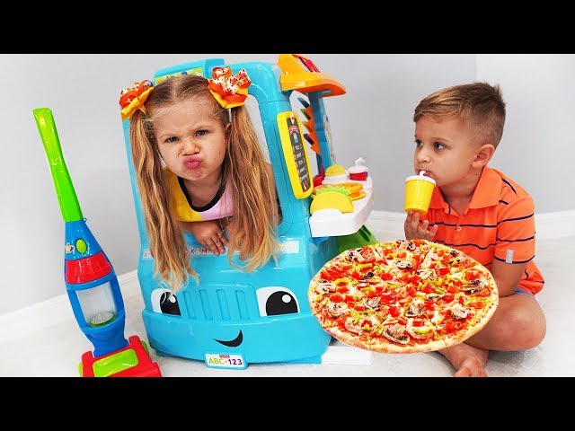 Diana and Roma Pretend Play with Pizza